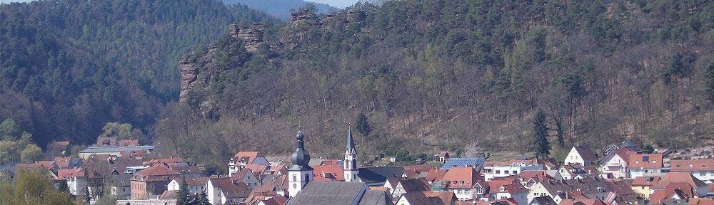 Pfälzerwald: Blick auf Dahn von der Sankt-Michael-Kapelle - Foto: Stefan Frerichs / RheinWanderer.de