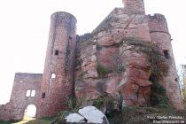 Pfälzerwald: Eingang zur Burg Neudahn - Foto: Stefan Frerichs / RheinWanderer.de