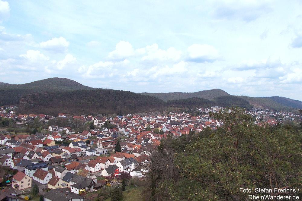 Pfälzerwald: Blick vom Wachtfelsen auf Dahn - Foto: Stefan Frerichs / RheinWanderer.de