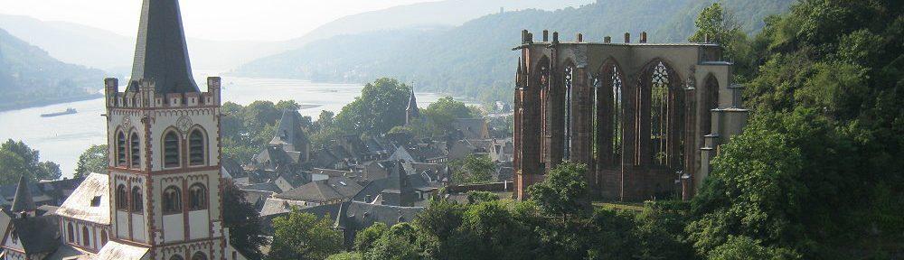Mittelrhein: Bacharach mit Sankt-Peter-Kirche und Ruine der Wernerkapelle - Foto: Stefan Frerichs / RheinWanderer.de