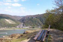 Mittelrhein: Blick vom Aussichtspunkt Hartenberg auf Burg Maus - Foto: Stefan Frerichs / RheinWanderer.de