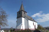 Mittelrhein: Frühere Wehrkirche in Holzfeld - Foto: Stefan Frerichs / RheinWanderer.de