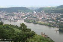 Mittelrhein: Naheblick auf Bingen, Burg Ehrenfels und Mäuseturm - Foto: Stefan Frerichs / RheinWanderer.de