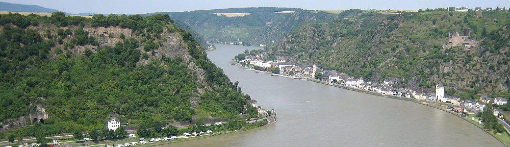 Mittelrhein: Blick von der Loreley auf Sankt Goarshausen mit Burg Katz - Foto: Stefan Frerichs / RheinWanderer.de