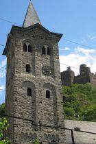 Mittelrhein: Sankt-Martin-Kirche in Wellmich, darüber Burg Maus - Foto: Stefan Frerichs / RheinWanderer.de