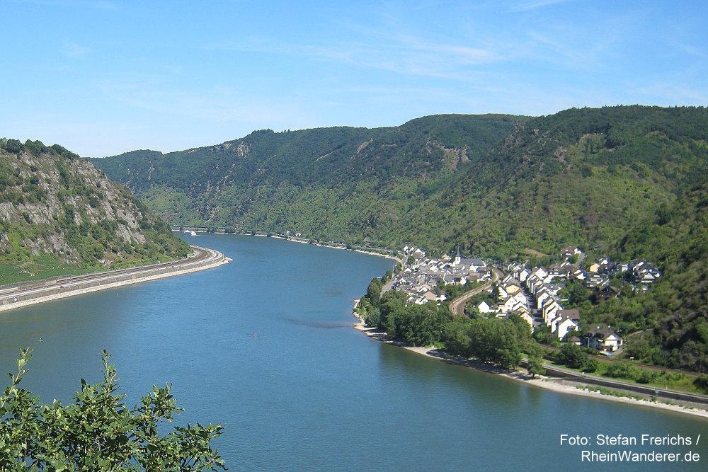 Mittelrhein: Blick von der anderen Rheinseite auf Kestert - Foto: Stefan Frerichs / RheinWanderer.de