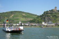 Mittelrhein: Rheinfähre bei Kaub und Burg Gutenfels - Foto: Stefan Frerichs / RheinWanderer.de