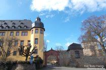 Inselrhein: Eingang von Schloss Vollrads - Foto: Stefan Frerichs / RheinWanderer.de