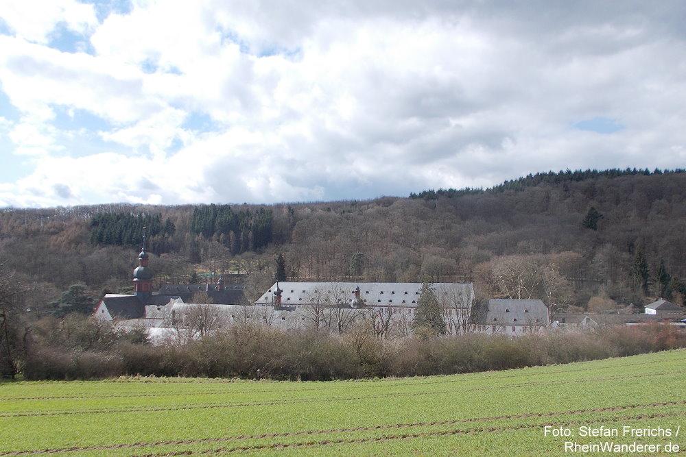 Inselrhein: Blick auf Kloster Eberbach - Foto: Stefan Frerichs / RheinWanderer.de