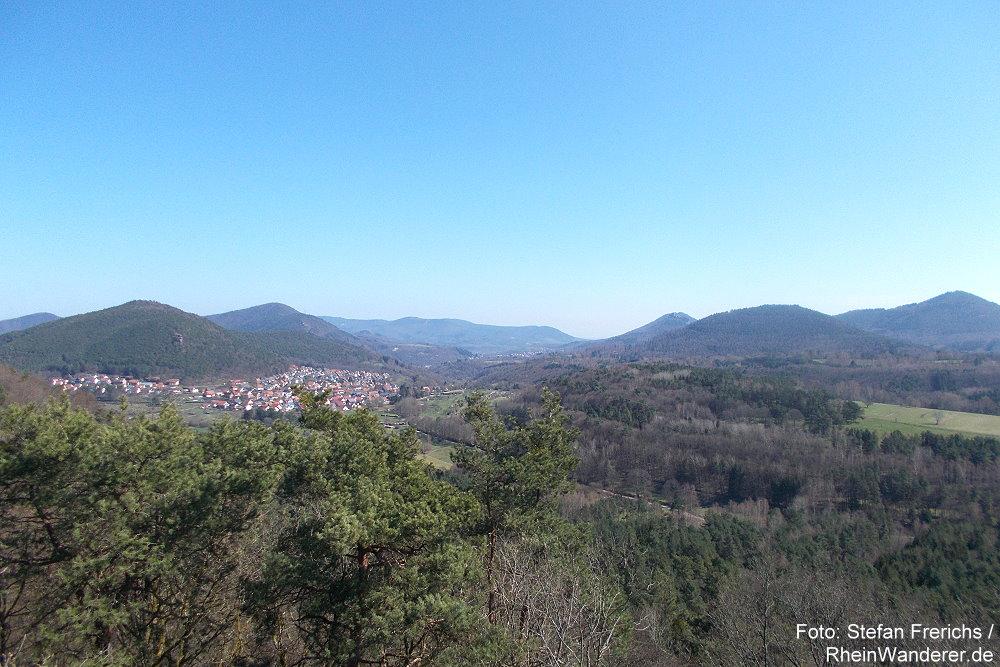 Pfälzerwald: Blick vom Aussichtspunkt Geiersteine auf Wernersberg und Burg Trifels - Foto: Stefan Frerichs / RheinWanderer.de