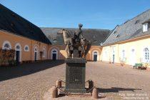 Inselrhein: Spätlesekurier-Denkmal von Schloss Johannisberg - Foto: Stefan Frerichs / RheinWanderer.de