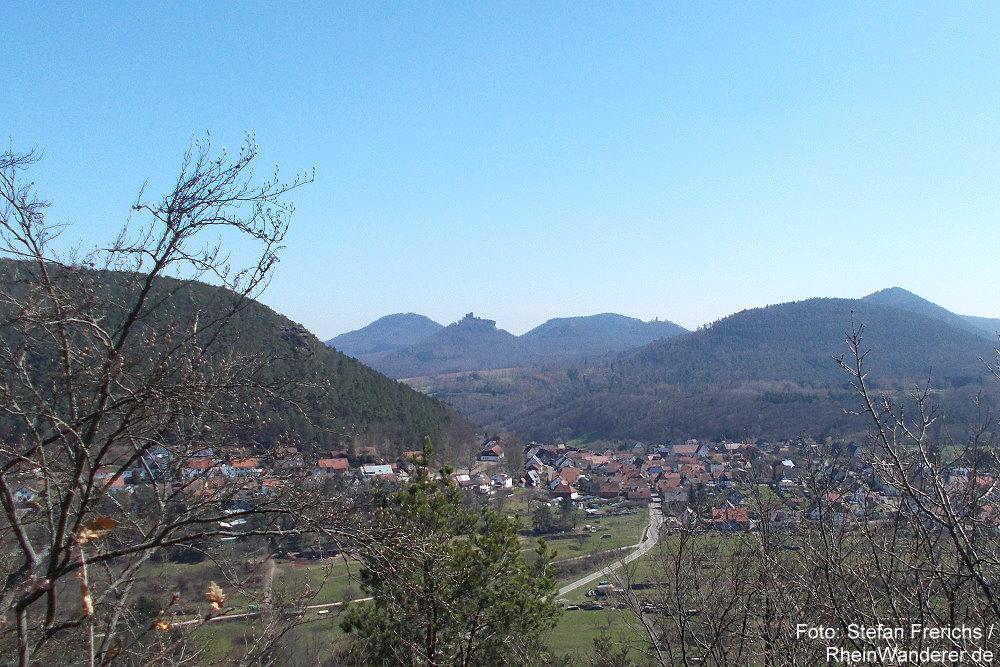 Pfälzerwald: Blick vom Aussichtspunkt Runder Hut auf Wernersberg und Burg Trifels - Foto: Stefan Frerichs / RheinWanderer.de