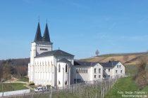 Inselrhein: neues Kloster Johannisberg - Foto: Stefan Frerichs / RheinWanderer.de