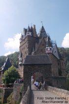 Mosel: Eingang von Burg Eltz - Foto: Stefan Frerichs / RheinWanderer.de