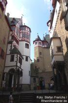 Mosel: Innenhof von Burg Eltz mit Blick auf Bergfried - Foto: Stefan Frerichs / RheinWanderer.de