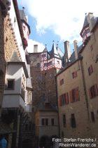 Mosel: Innenhof von Burg Eltz mit Blick auf Rodendorf Häuser - Foto: Stefan Frerichs / RheinWanderer.de