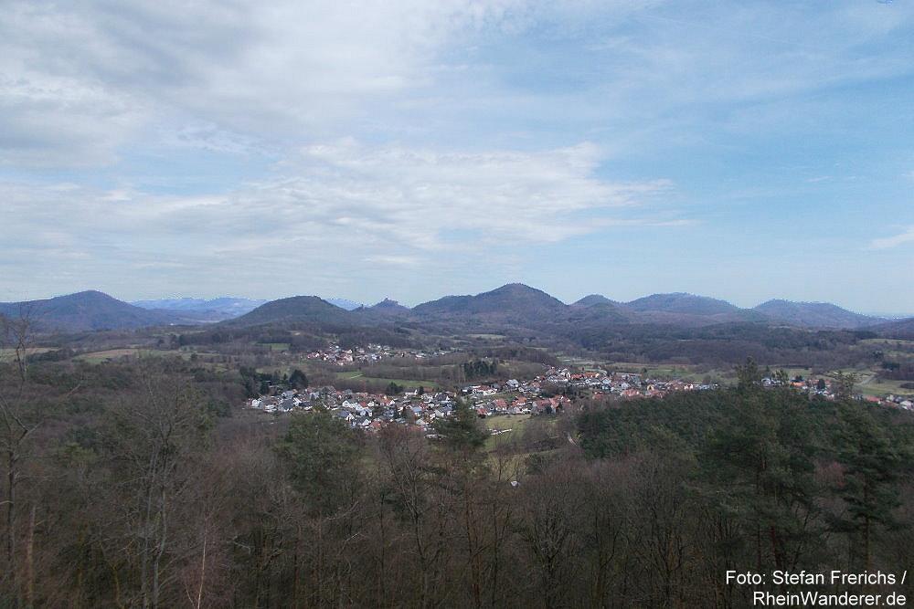 Pfälzerwald: Vier-Burgen-Blick Richtung Burg Trifels - Foto: Stefan Frerichs / RheinWanderer.de