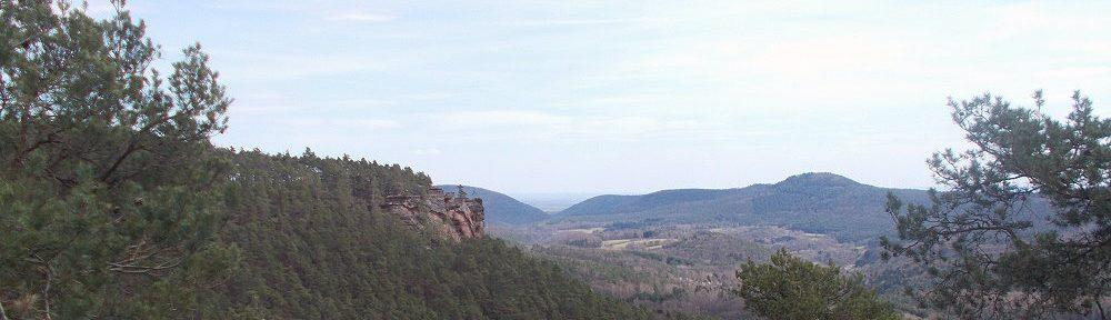 Pfälzerwald: Blick vom Aussichtspunkt bei den Kieungerfelsen auf den Rötzenfels - Foto: Stefan Frerichs / RheinWanderer.de