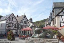 Mosel: Tatzelwurm-Denkmal am Marktplatz in Kobern - Foto: Stefan Frerichs / RheinWanderer.de