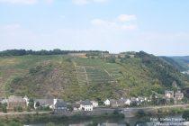 Mosel: Blick auf Oberburg (Schloss Gondorf oder (von der) Leyen) und Niederburg (Schloss Liebieg) in Gondorf - Foto: Stefan Frerichs / RheinWanderer.de