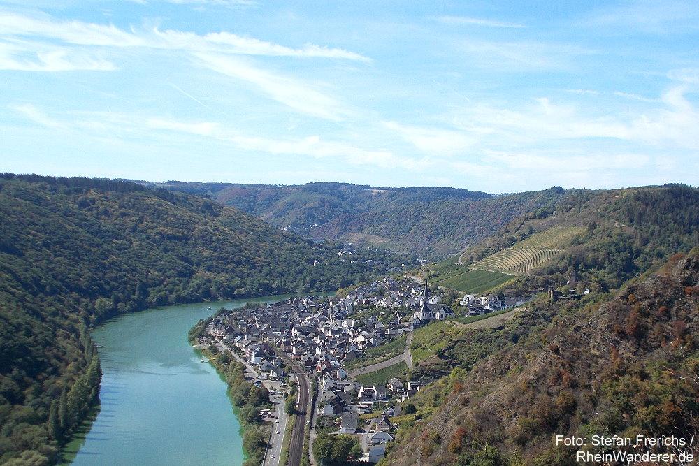 Mosel: Blick vom Kasteschkopp auf Klotten und Burg Coraidelstein - Foto: Stefan Frerichs / RheinWanderer.de