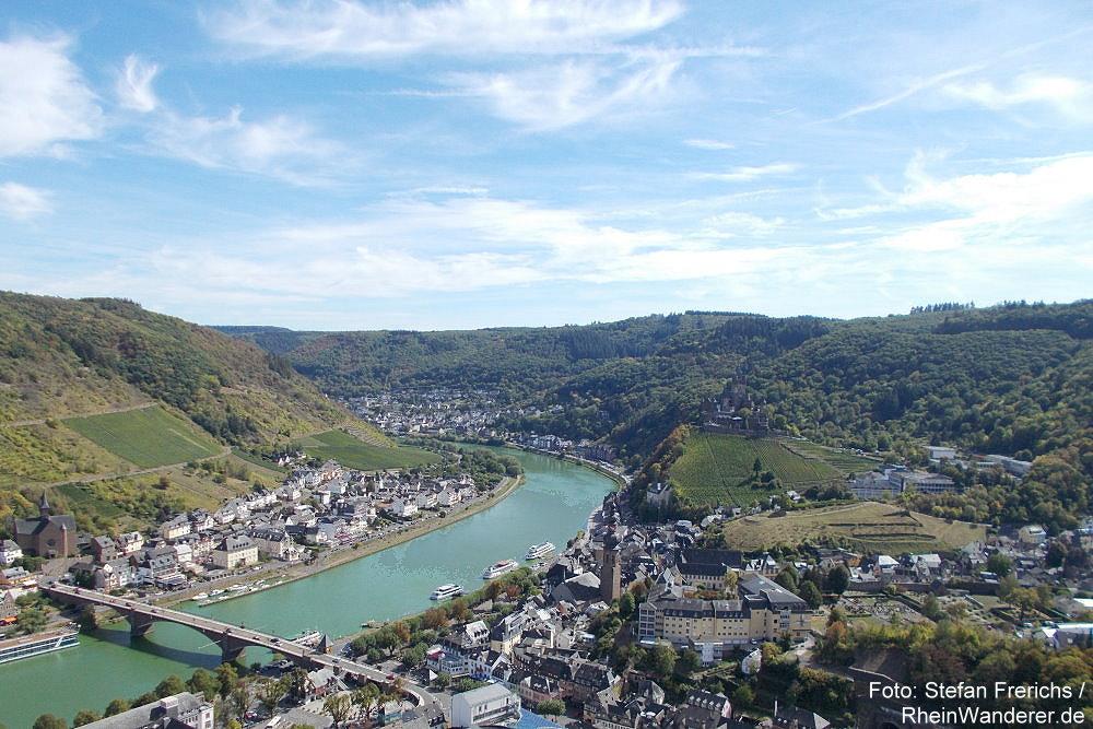 Mosel: Blick vom Pinnerkreuz auf Cochem - Foto: Stefan Frerichs / RheinWanderer.de