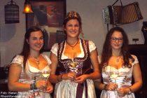 Mosel: Die Weinmajestäten von Kobern-Gondorf (von links: Katrin, Julia I., und Nicola) - Foto: Stefan Frerichs / RheinWanderer.de