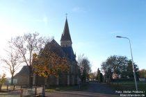 Mosel: Ortsrand von Kail mit Sankt-Bartholomäus-Kirche - Foto: Stefan Frerichs / RheinWanderer.de