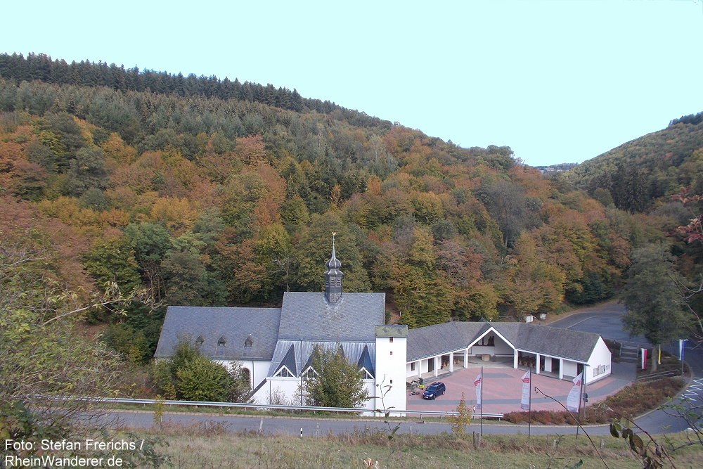 Eifel: Blick auf Wallfahrtskirche Maria Martental - Foto: Stefan Frerichs / RheinWanderer.de