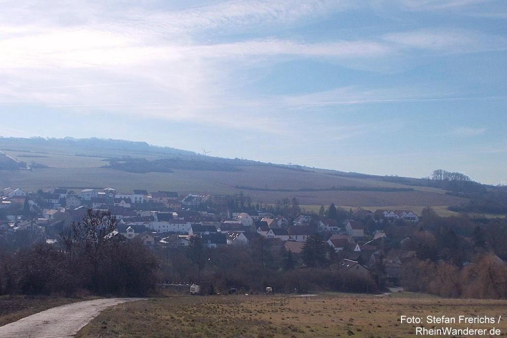 Pfälzerwald: Blick auf Mertesheim - Foto: Stefan Frerichs / RheinWanderer.de