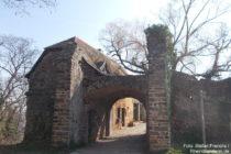 Pfälzerwald: Eingangstor von Burg Battenberg - Foto: Stefan Frerichs / RheinWanderer.de
