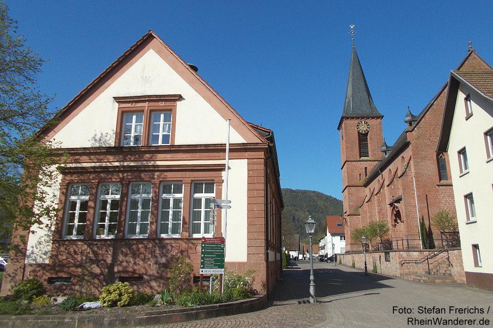 Pfälzerwald: Ortskern von Erfweiler mit Rathaus und Sankt-Wolfgang-Kirche - Foto: Stefan Frerichs / RheinWanderer.de