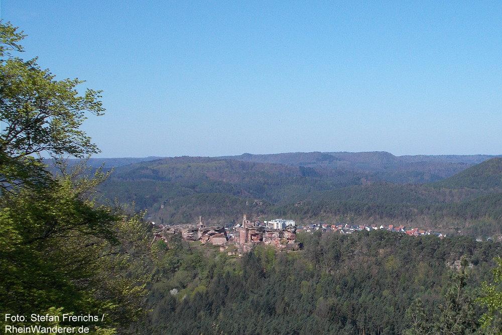Pfälzerwald: Kahlenberg-Blick auf die Burgengruppe Altdahn - Foto: Stefan Frerichs / RheinWanderer.de