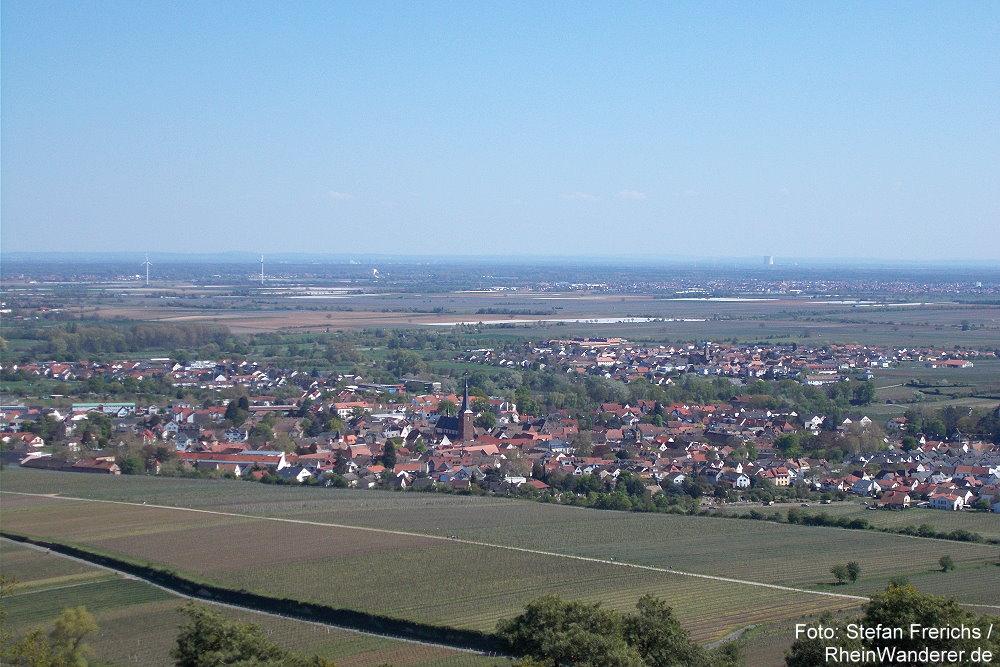 Pfälzerwald: Blick von der Michaelskapelle auf Deidesheim - Foto: Stefan Frerichs / RheinWanderer.de