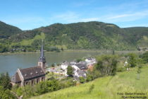 Mittelrhein: Blick auf Filsen mit Sankt-Margaretha-Kirche - Foto: Stefan Frerichs / RheinWanderer.de