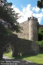 Mittelrhein: Erstes Tor und Eckturm von Burg Lahneck - Foto: Stefan Frerichs / RheinWanderer.de