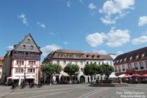 Pfälzerwald: Marktplatz mit Scheffelhaus in Neustadt - Foto: Stefan Frerichs / RheinWanderer.de