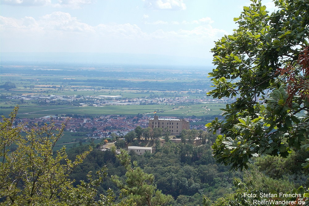 Pfälzerwald: Blick vom Hambacher Bergstein aufs Hambacher Schloss - Foto: Stefan Frerichs / RheinWanderer.de