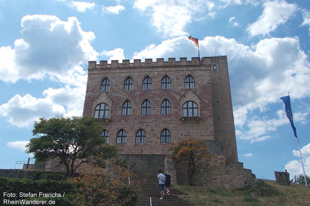 Pfälzerwald: Saalbau des Hambacher Schlosses - Foto: Stefan Frerichs / RheinWanderer.de