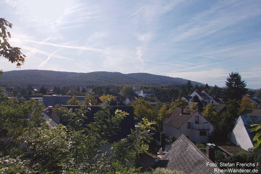 Odenwald: Blick über Darmstadt-Eberstadt auf Burg Frankenstein - Foto: Stefan Frerichs / RheinWanderer.de