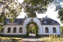 Odenwald: Friedhofsgebäude in Darmstadt-Eberstadt - Foto: Stefan Frerichs / RheinWanderer.de
