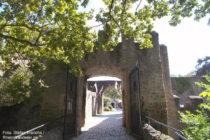 Odenwald: Äußeres Tor von Schloss Alsbach - Foto: Stefan Frerichs / RheinWanderer.de