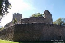 Odenwald: Äußere Mauer von Schloss Alsbach - Foto: Stefan Frerichs / RheinWanderer.de