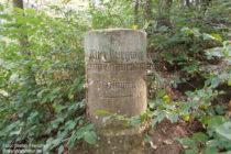 Odenwald: Wegstein vor Burgruine Tannenberg - Foto: Stefan Frerichs / RheinWanderer.de