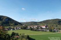 Obere Donau: Blick von der Placidus-Hütte auf Ort und Kloster Beuron - Foto: Stefan Frerichs / RheinWanderer.de