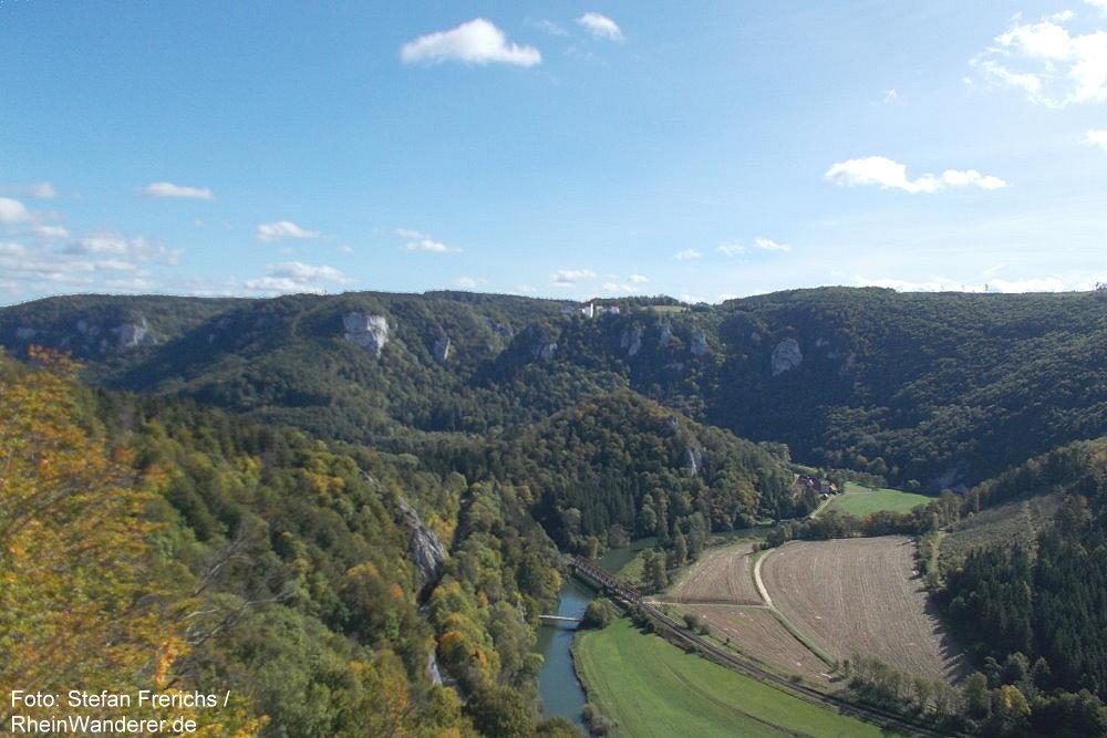 Obere Donau: Rauher-Stein-Blick donauabwärts auf Burg Wildenstein - Foto: Stefan Frerichs / RheinWanderer.de