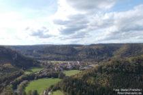 Obere Donau: Altstadtfelsen-Blick auf Ort und Kloster Beuron - Foto: Stefan Frerichs / RheinWanderer.de