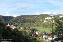Obere Donau: Blick auf Ort und Kloster Beuron - Foto: Stefan Frerichs / RheinWanderer.de