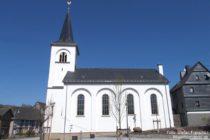Hunsrück: Evangelische Kirche von Mengerschied - Foto: Stefan Frerichs / RheinWanderer.de