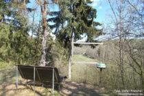 Hunsrück: Rastplatz am Abenteuerpfad über dem Brühlbachtal - Foto: Stefan Frerichs / RheinWanderer.de